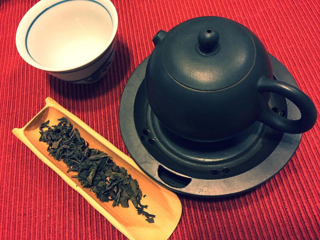 茶壺と丸火・青の茶葉