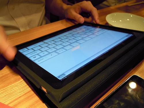 iPadでライティングマシーンを動かしている様子