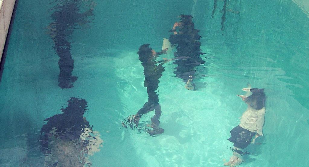 水の中にいる人たち