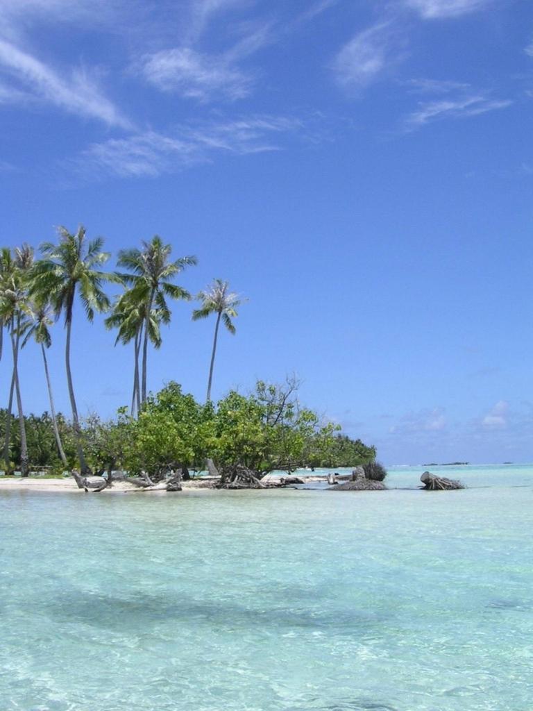 透明度の高い海とごく小さな島
