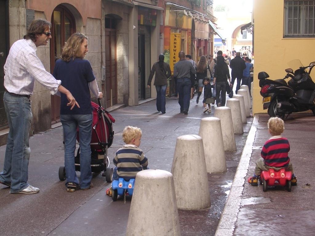 旧市街地の家族連れ