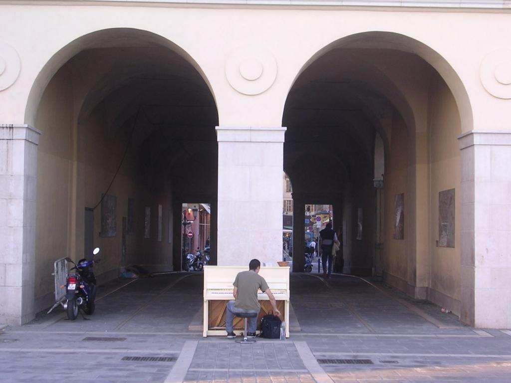 サルヤ広場の端っこに置いてあったオルガンと毎日演奏していた男性