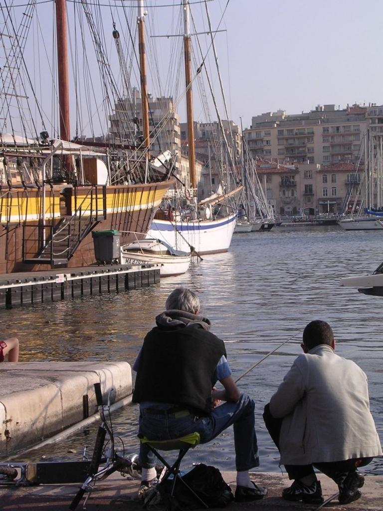 旧港で釣りをする男性ふたり