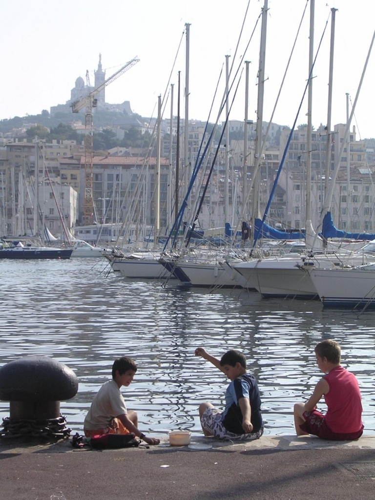 旧港で釣りをする子どもたち