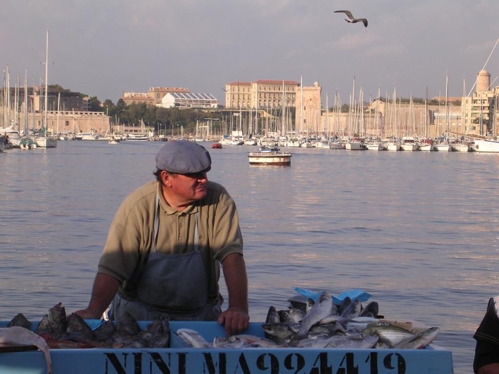 朝のマルシェで魚を売るおじさん