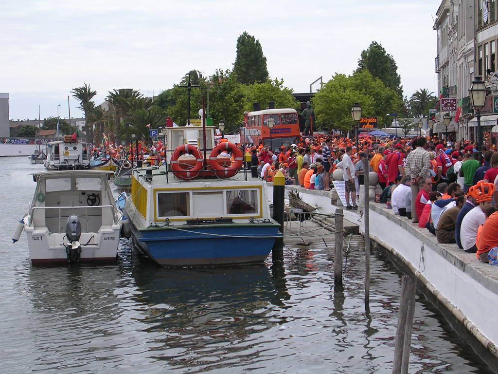 運河に係留されているボートと通りに溢れるサッカー観戦客