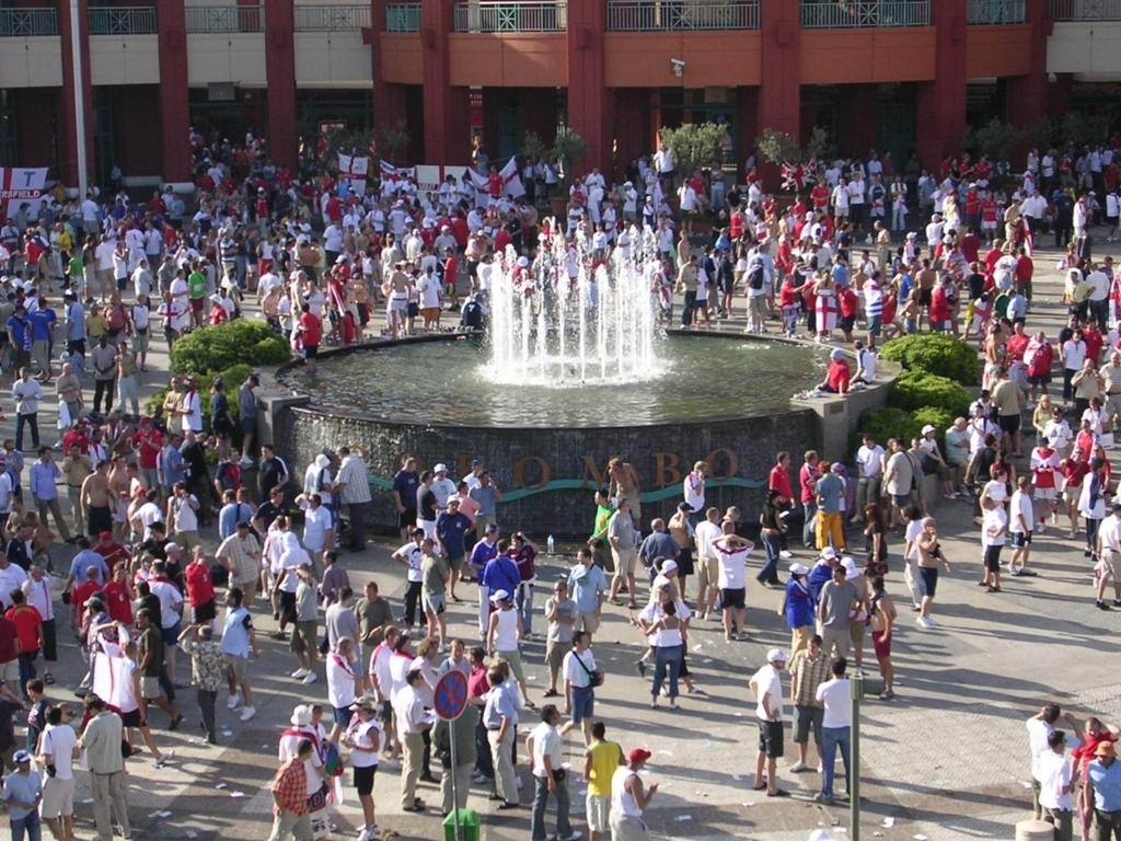 コロンボ・ショッピングセンターの広場に集まるイングランドサポーター
