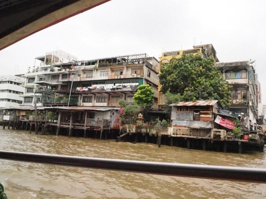 チャオプラヤ川から見える住宅