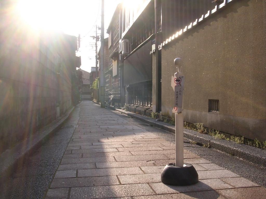 逆光の東茶屋街