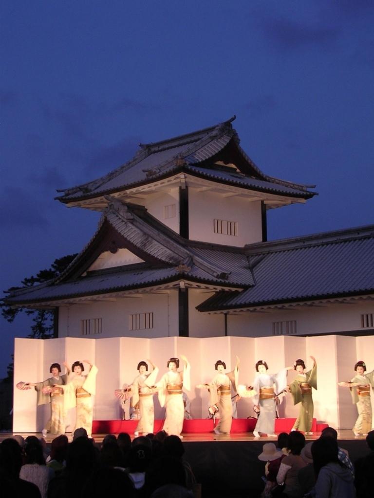 金沢城で芸者さんが踊る