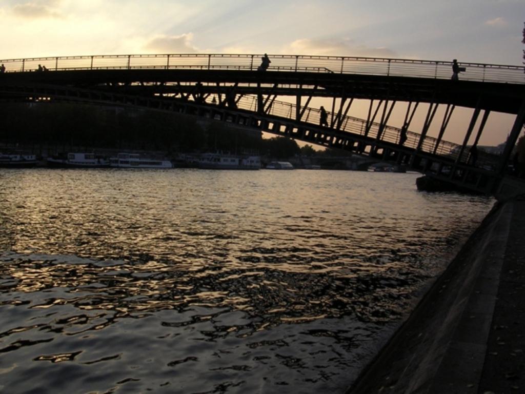 橋を渡る人々