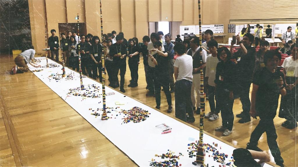 30メートルのロール紙の上に積まれた各グループの高積みレゴたち