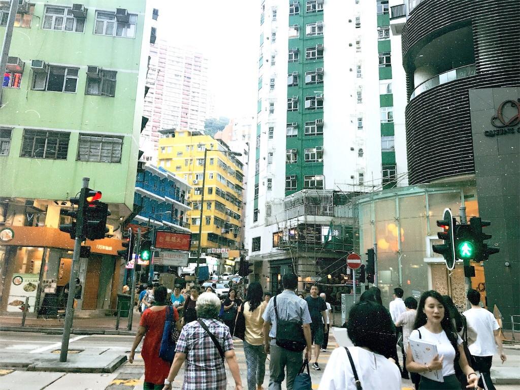 他の参加者と一緒に街を歩く