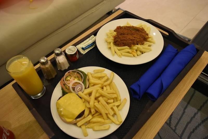 チーズバーガーとスパゲッティ