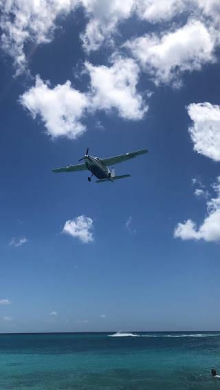 上空に近付くプロペラ機
