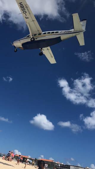 上空を通り過ぎるプロペラ機