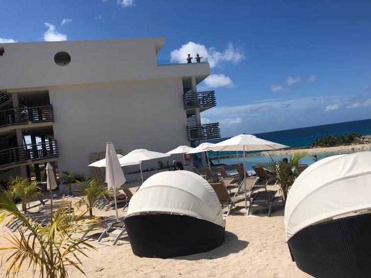 ホテルの中のプールとビーチ