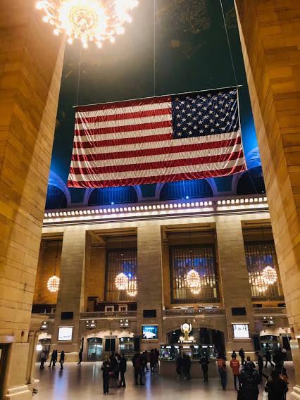 駅の中にある星条旗