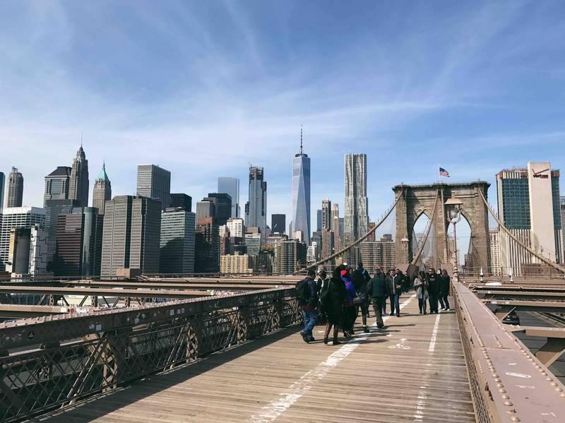 晴れた日の昼のブルックリンブリッジ