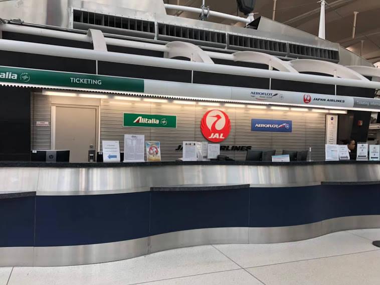 空港のJALのカウンター