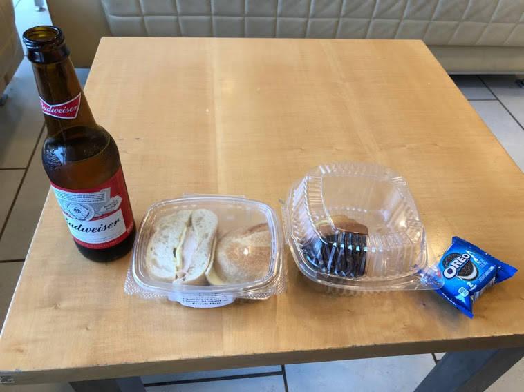 ラウンジで食べたパンとビール