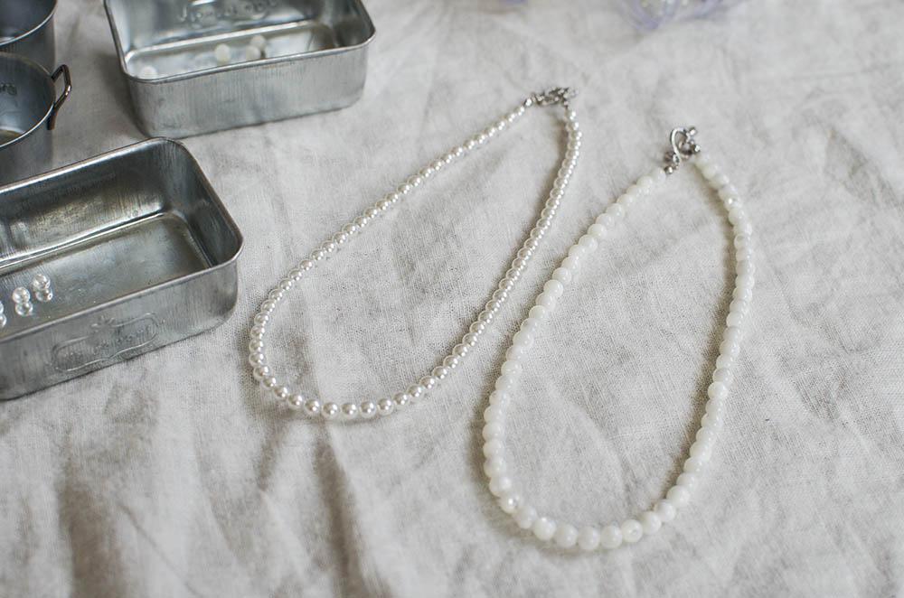 パールのネックレスと天然石のネックレス