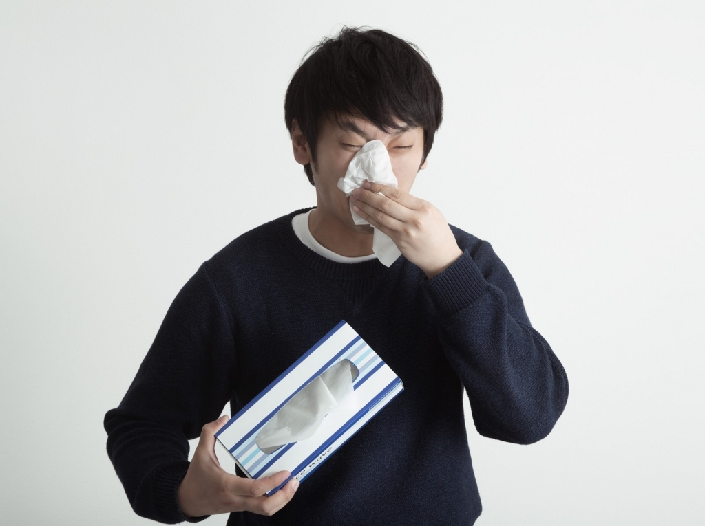 鼻をかんでる男性