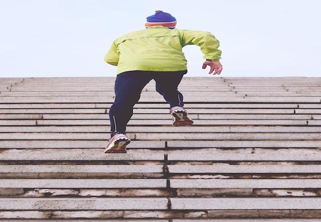 階段ダッシュする男性