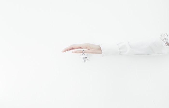 鍵を持っている手