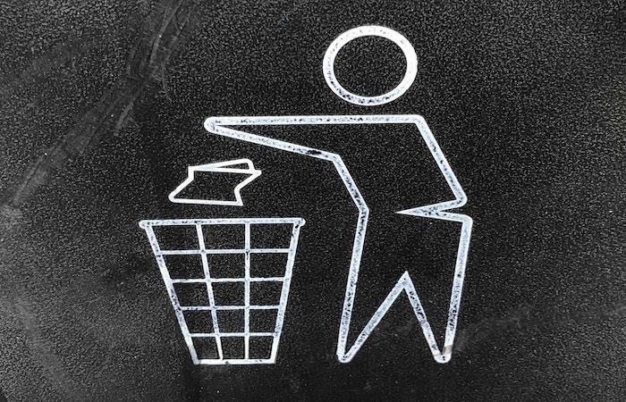 ゴミ箱に捨てる絵