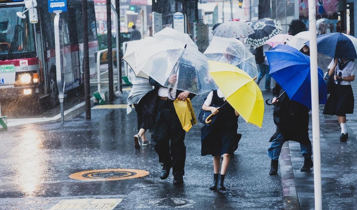 雨の日に行き交う人々