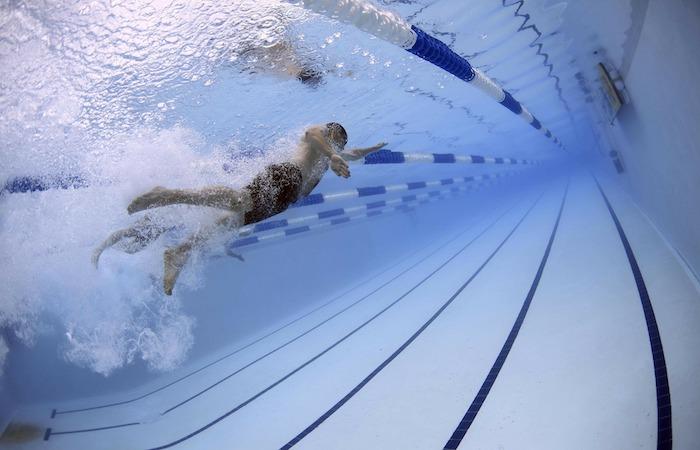 泳いでいる男性