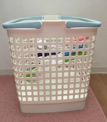足を畳んだ状態の洗濯かご