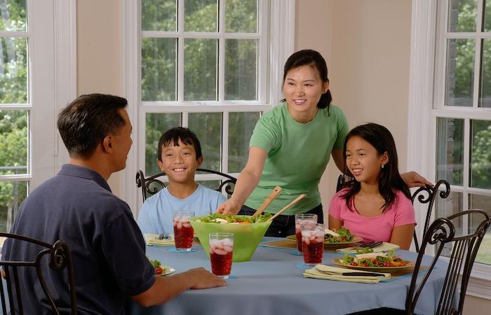 家族で食事をしているところ