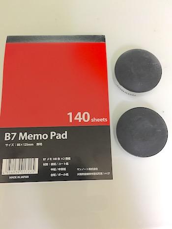 PCスタンドと並べたB7のメモ用紙