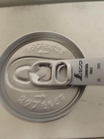 缶のプルタブに直尺を差し込んでいるところ