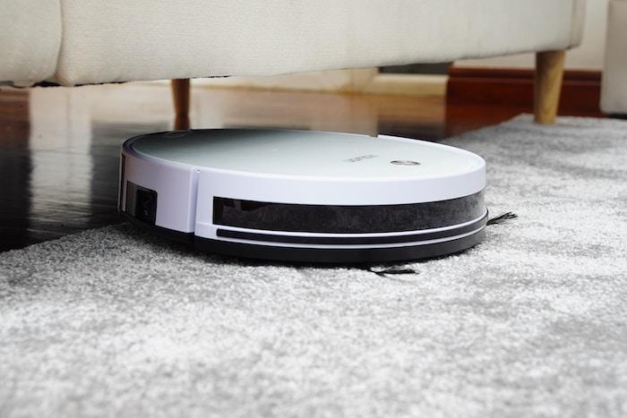 ロボット掃除機で部屋の掃除をしているところ