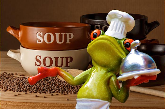 スープを運んでいるカエル