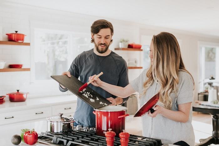仲良く料理を作っているカップル