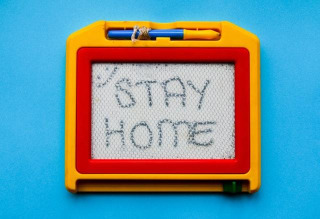 STAY HOMEと書かれたおもちゃ