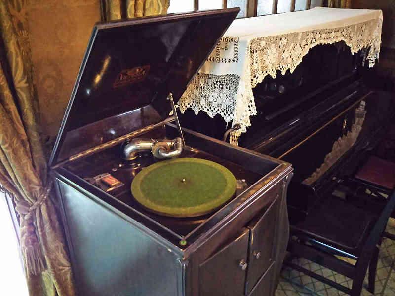 近くで見た蓄音機とピアノ