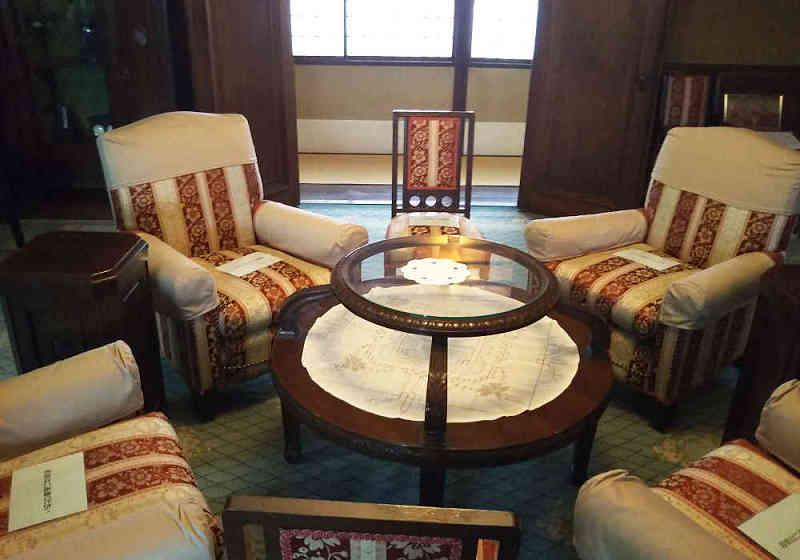 ガラス張りのテーブルを囲む椅子