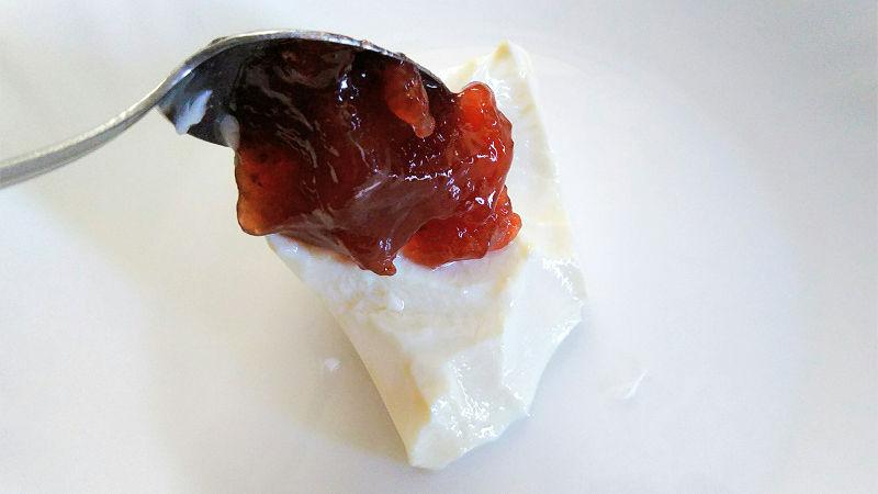 豆腐にイチゴジャムを乗せる