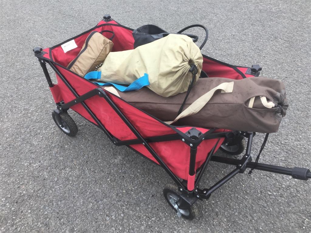 キャリーワゴンで荷物を運ぶ
