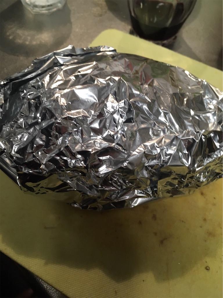アルミホイルで包まれたモモ肉