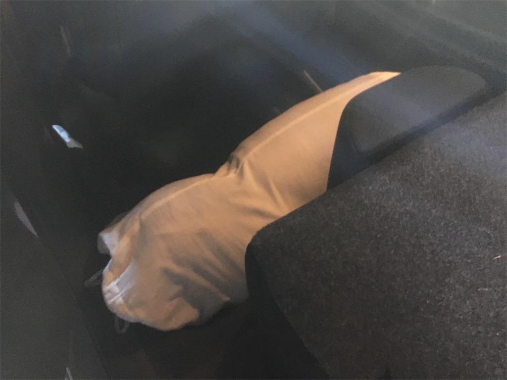 寝袋を倒した座席の下に