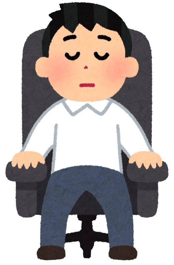 イスに座る男性