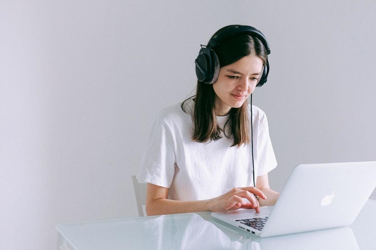 パソコンでテストを受ける女性