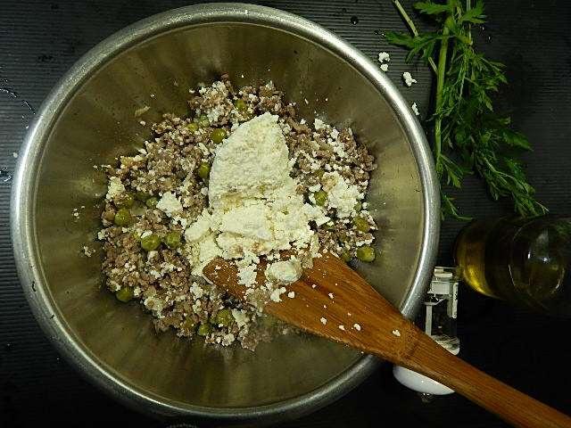 味付けし炒めたひき肉にカッテージチーズを混ぜる