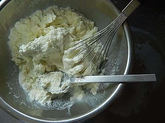 冷凍庫からアイスクリームを取り出し泡だて器で空気を入れるようにかき混ぜる